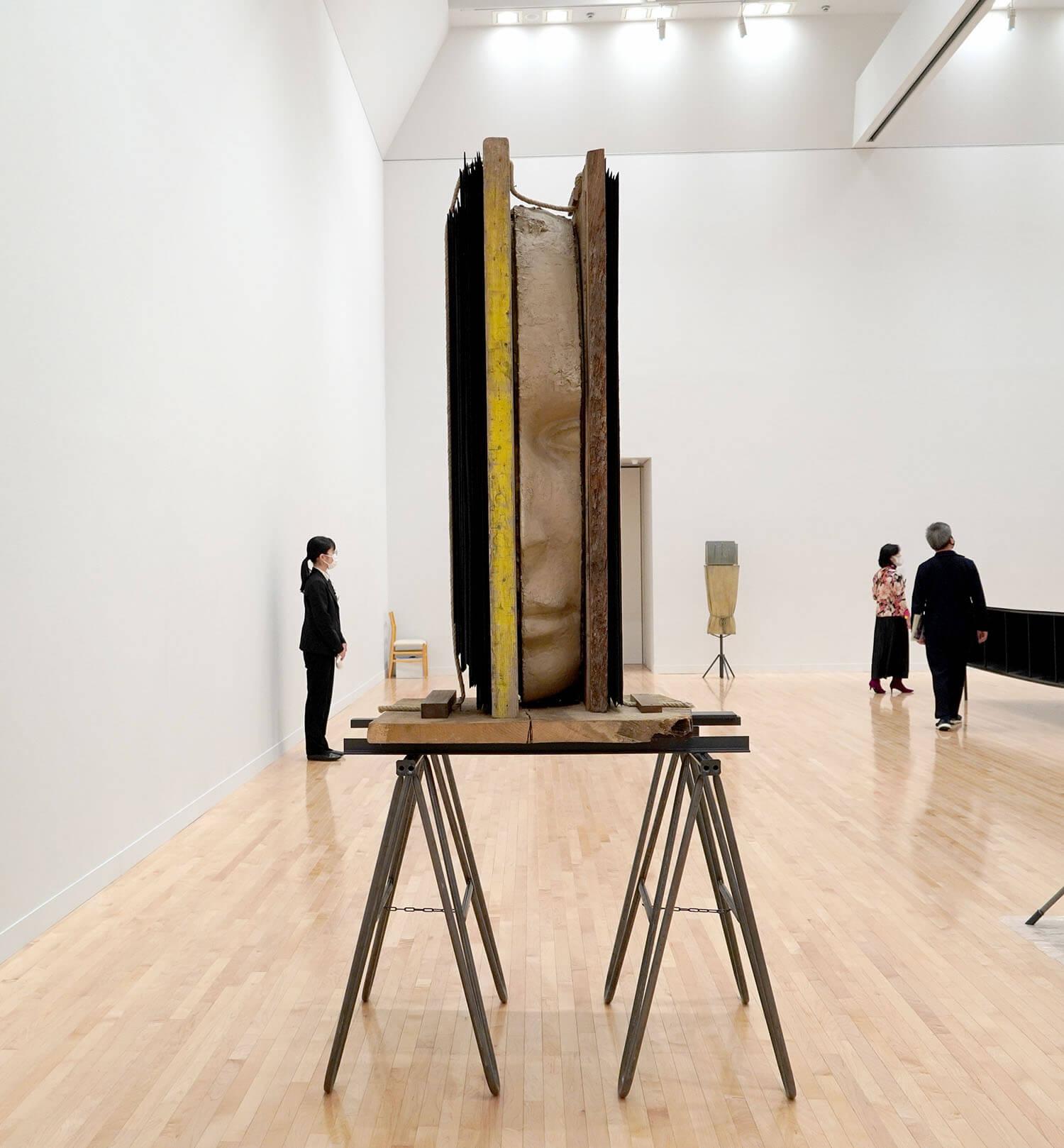 マーク・マンダース《黄色い縦のコンポジション》展示風景:東京都現代美術館