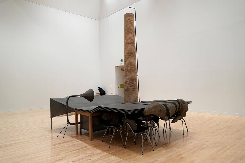 マーク・マンダース《舞台のアンドロイド(88%に縮小)》展示風景:東京都現代美術館