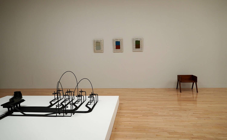 マーク・マンダース 手前《完了した文》(部分)、中央《2色のコンポジション》、右《88%の椅子》:展示風景:東京都現代美術館