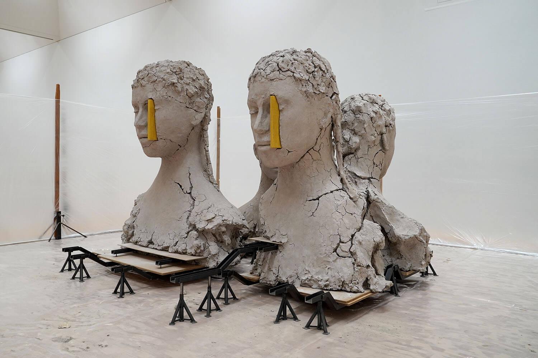 マーク・マンダース《4つの黄色い縦のコンポジション》展示風景:東京都現代美術館