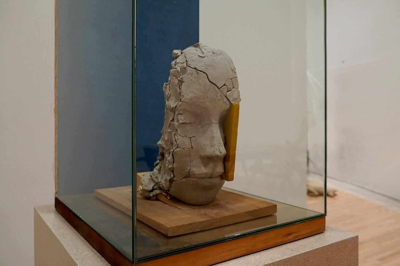 マーク・マンダース《黄色と青のコンポジション》展示風景:東京都現代美術館