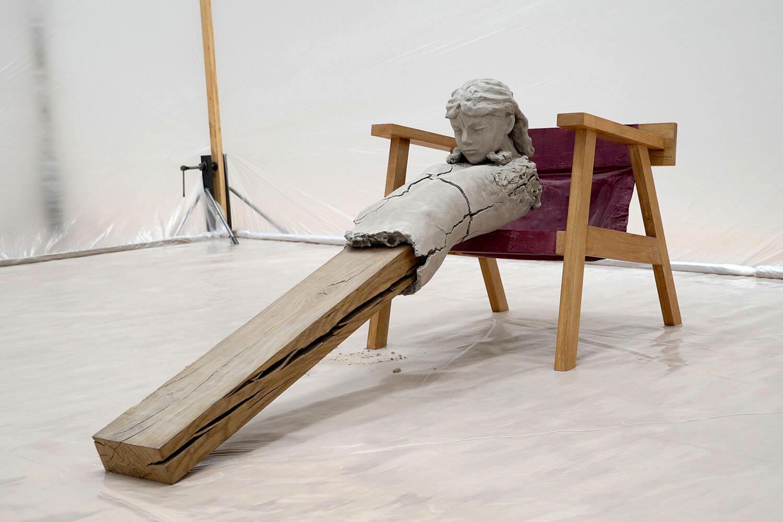 マーク・マンダース《椅子の上の乾いた像》展示風景:東京都現代美術館